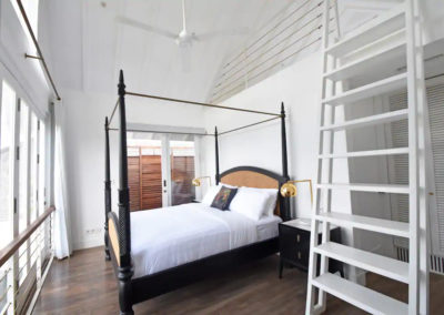 Four poster bed with ladder - bali luxury villa